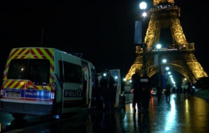 Một người có vũ khí bị bắt gần tháp Eiffel