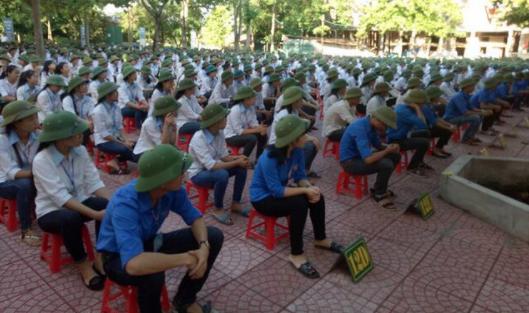 Học sinh toàn trường ở Nghệ An bị bắt đội nón cối ngày khai giảng
