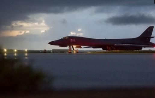Phi cơ ném bom của Hoa Kỳ bay ngoài khơi Bắc Hàn