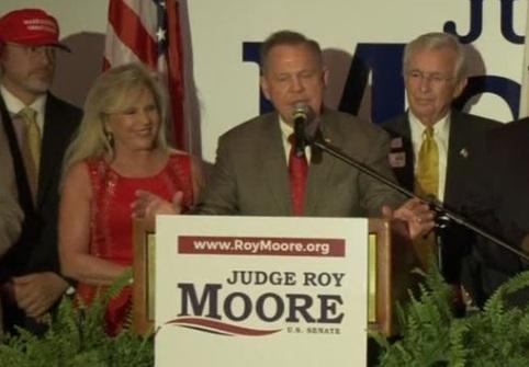 Roy Moore thắng cuộc bầu cử sơ bộ ở Alabama trước đối thủ Luther Strange được tổng thống Trump ủng hộ