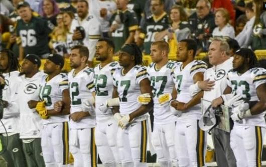 Green Bay Packers, Chicago Bears đứng nghiêm chào cờ khi quốc ca trỗi lên