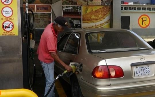 Dân chúng Venezuela xếp hàng dài để mua xăng