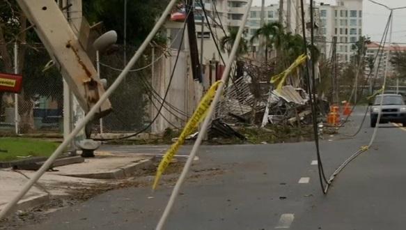 Xăng, nước khan hiếm tại Puerto Rico vì bão Maria