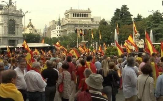 Hàng ngàn người biểu tình tại Madrid bênh và chống cuộc trưng cầu dân ý đòi độc lập của Catalonia