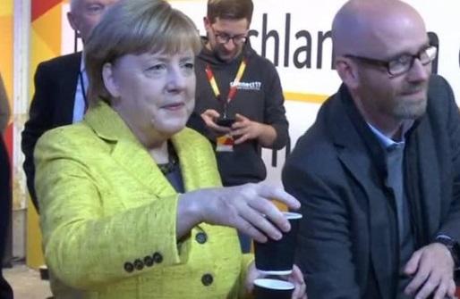Bà Merkel pha cà phê mời các nhà vận động trước ngày bầu cử