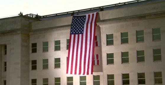 Lá quốc kỳ khổng lồ phủ xuống Ngũ Giác Đài kỷ niệm ngày 11 tháng 9 lần thứ 16