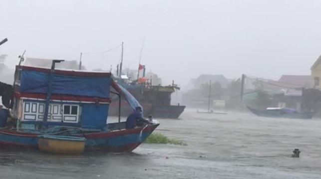 Ít nhất 9 người tử vong do bão số 10 tại Miền Trung