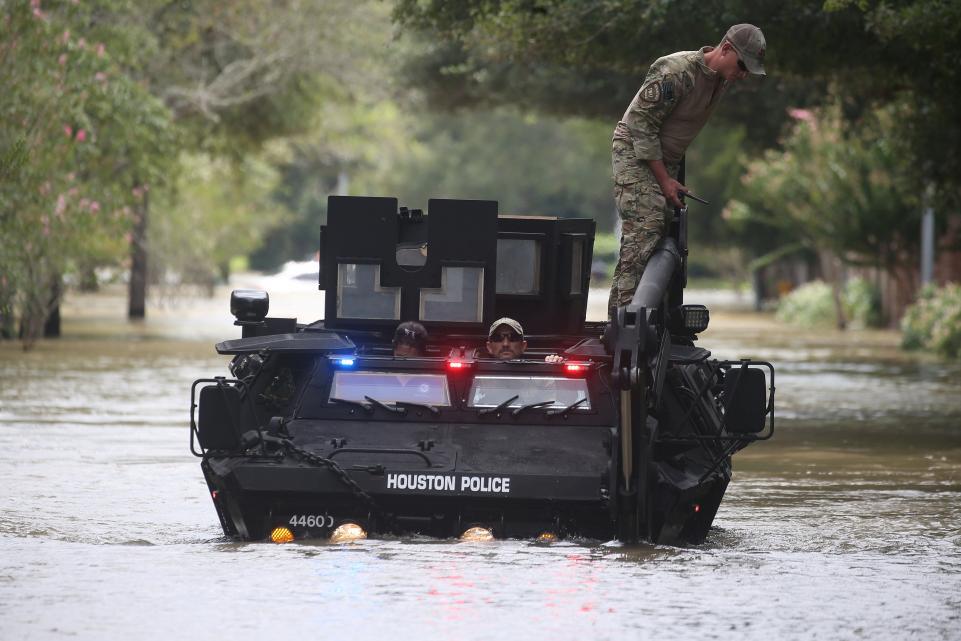 Cảnh sát Houton cứu nhà dân trước khi cứu nhà mình