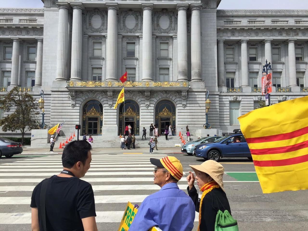 Biểu tình chống treo cờ đỏ tại Tòa thị chính San Francisco