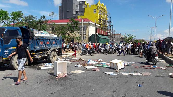 Hàng trăm người dân chặn xe chở hải sản thối trên quốc lộ 1a