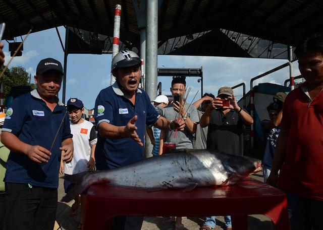 """Tài xế mang cá tra ra """"cúng"""" trước trạm thu phí BOT Biên Hòa để phản đối"""