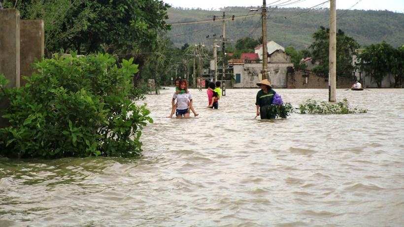 Xả lũ và vỡ đê khiến hàng trăm nhà ở Thanh Hóa bị ngập