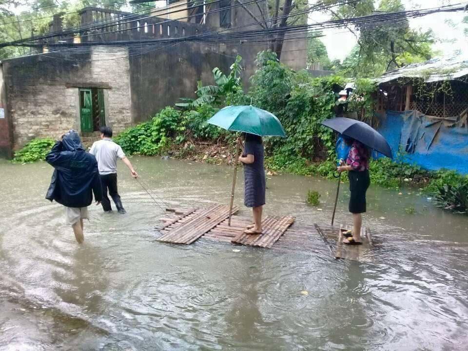 Nữ chủ tịch phường đứng trên bè để dân kéo 'đi thị sát lụt'