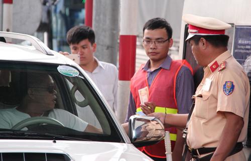 Công an Đồng Nai bắt đầu hạch sách tài xế trả tiền lẻ qua trạm thu phí