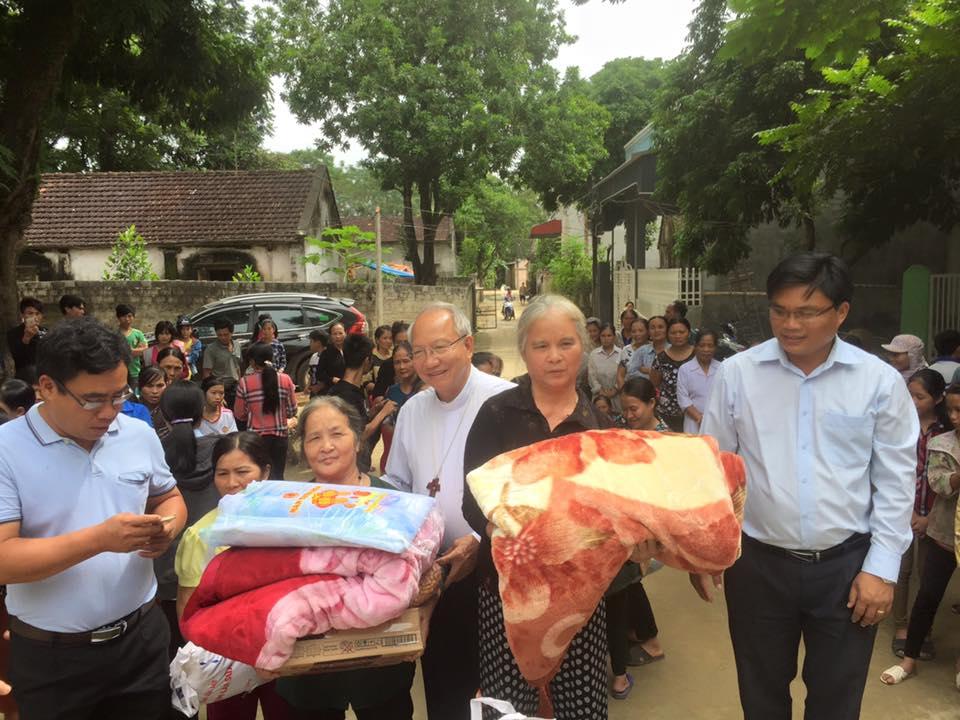 Tòa Giám Mục Xã Đoài chia sẻ thiệt hại lũ lụt với giáo dân Thanh Hóa