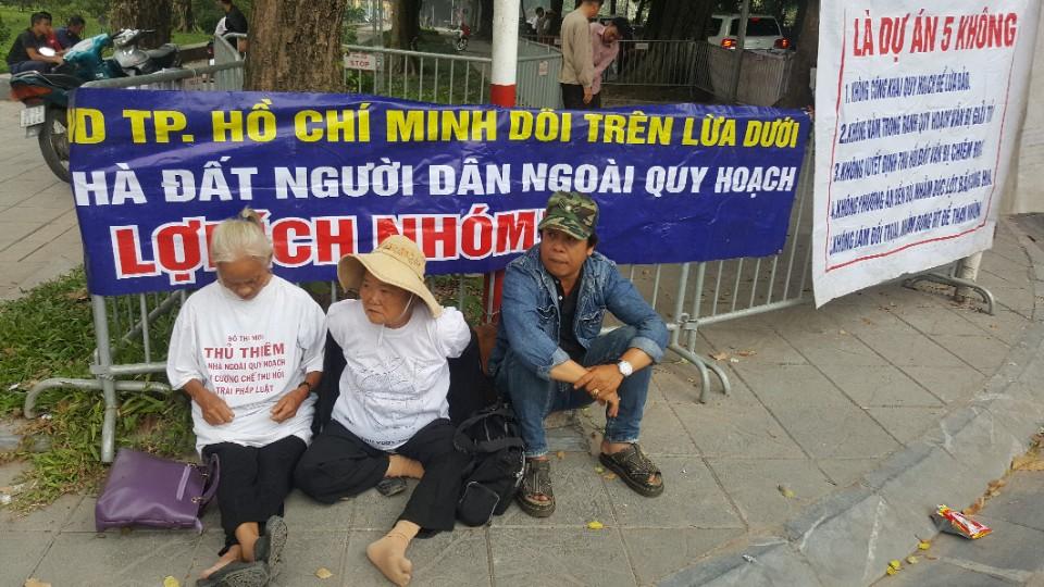 Image result for Nguoi Dân bieu tinh giai toả Thu Thiem