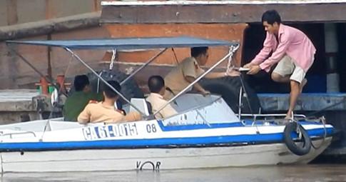 Cảnh sát giao thông đường thủy Đồng Nai bị bắt quả tang đi 'gom tiền' chủ sà lan