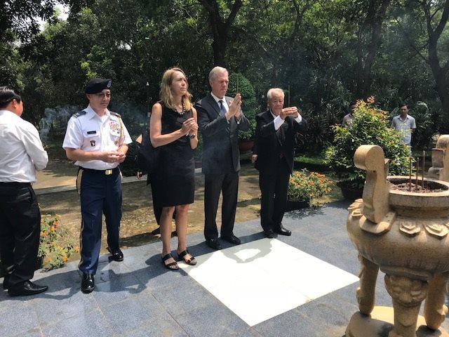 Đại Sứ Ted Osius và Tổng Lãnh Sự Tarnowka thắp hương tại Nghĩa Trang Biên Hòa