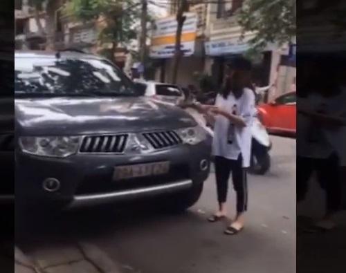 Xe hơi đậu trước cửa hàng ở Hà Nội bị dán đầy băng vệ sinh