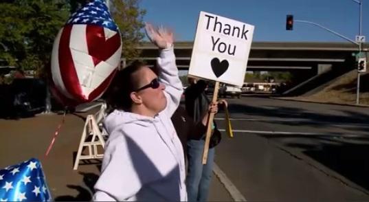 Cư dân Santa Rosa ra đường phố tiễn đưa, cảm ơn nhân viên cứu hỏa