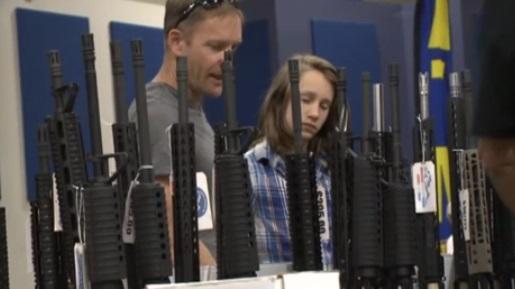 """Nhóm kiểm soát súng kiện nhà sản xuất và công ty bán """"bump stocks"""""""