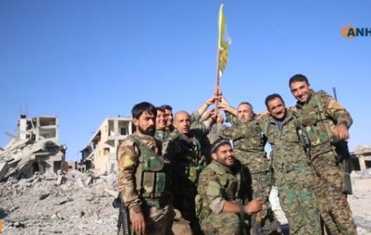 Quân nổi dậy Syria được Hoa Kỳ yểm trợ treo cờ tại công trường Raqqa