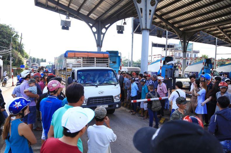 Dân Đồng Nai phản đối chính quyền phát giấy tuyên truyền trạm thu phí Biên Hòa