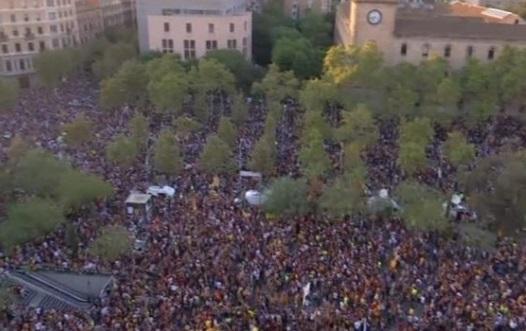 hàng chục ngàn người biểu tình tại Barcelona để phản đối cảnh sát