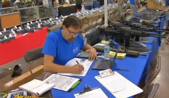 Không đầy một tuần sau vụ nổ súng Las Vegas, triển lãm súng khai mạc ở Pennsylvania