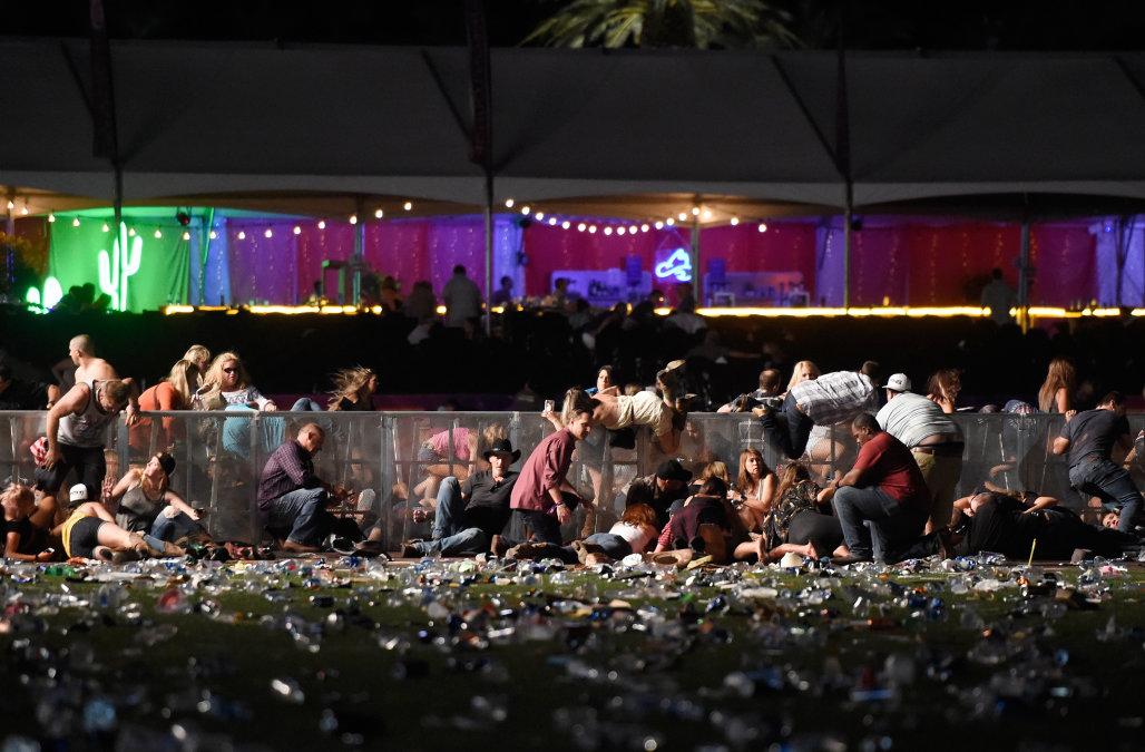 Xả súng từ tầng 32 vào đám đông dự đại nhạc hội ở Las Vegas- ít nhất 50 chết, 400 bị thương, nghi can chết tại phòng
