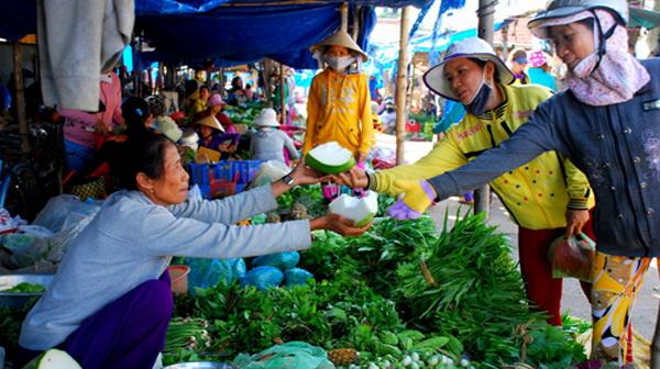 Giới bán lẻ thực phẩm tại Sài Gòn điêu đứng vì giá cả tăng cao