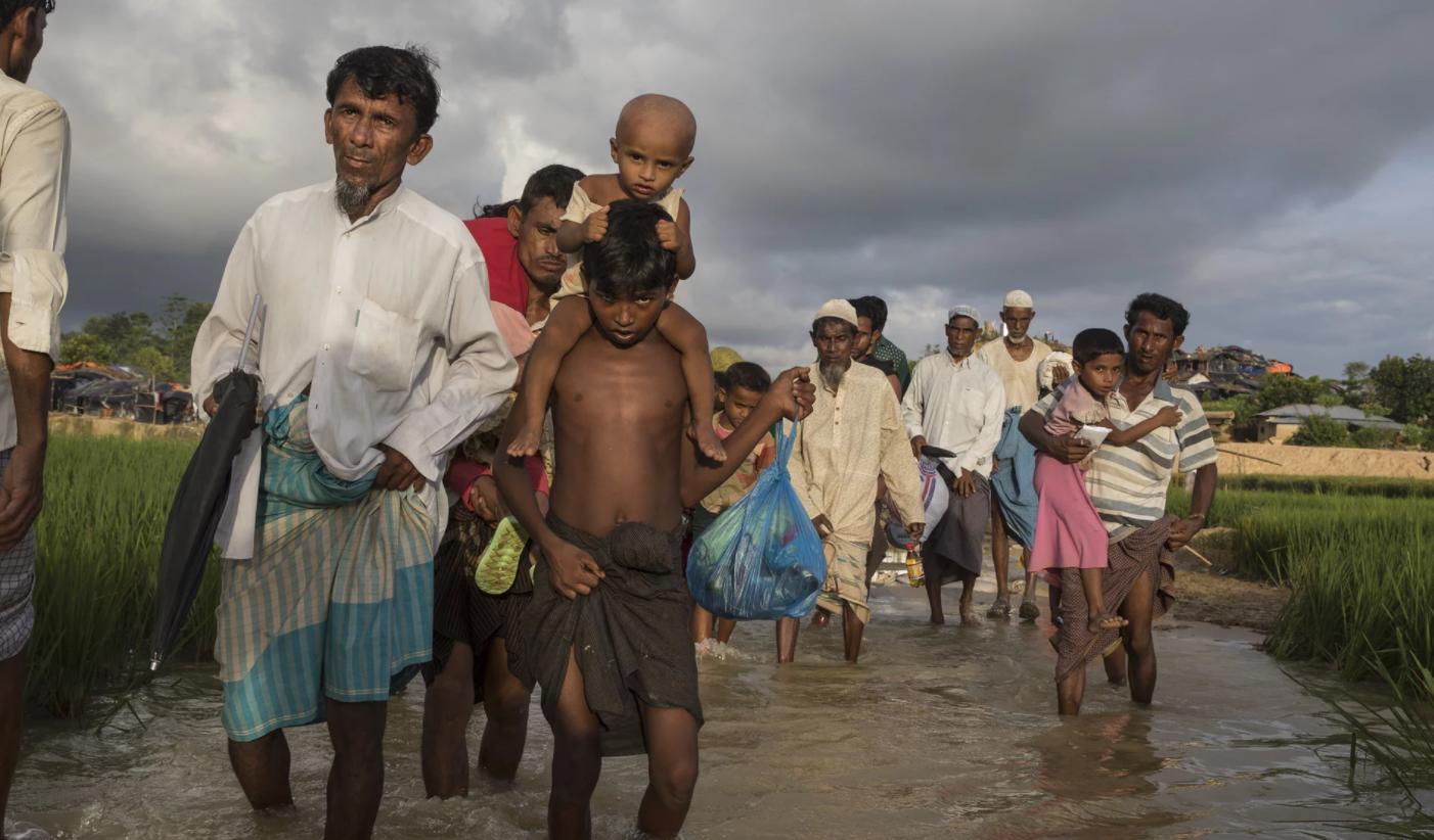 Hàng ngàn người tị nạn Hồi Giáo giận dữ và tuyệt vọng chờ hàng viện trợ
