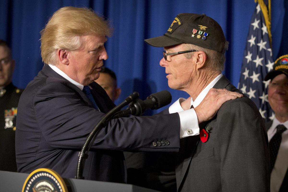 Tổng thống Trump gặp cựu chiến binh Mỹ ở Đà Nẵng