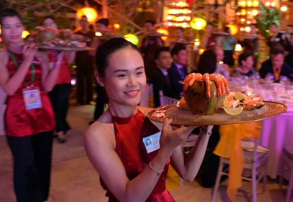 Cộng đồng mạng chỉ trích việc nữ tiếp viên mặc áo yếm phục vụ khách APEC