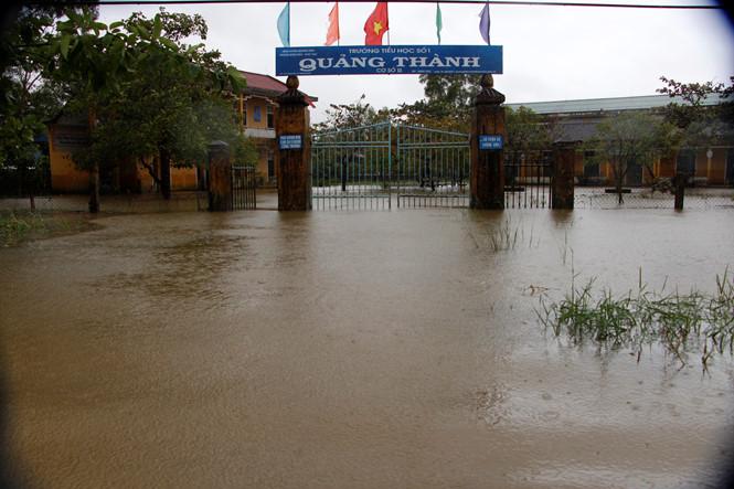 Mưa lớn, nước triều dâng nhấn chìm thành phố Huế trong biển nước