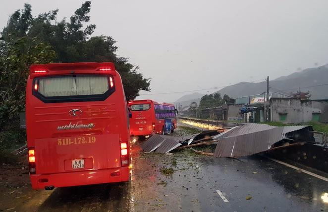 Bão Damrey ập vào tàn phá Miền Trung trước hội nghị thượng đỉnh APEC