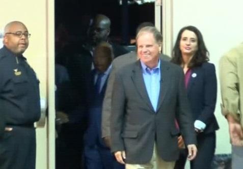 Ứng cử viên đảng Dân Chủ Doug Jones kêu gọi Roy Moore giải quyết cáo buộc tình dục