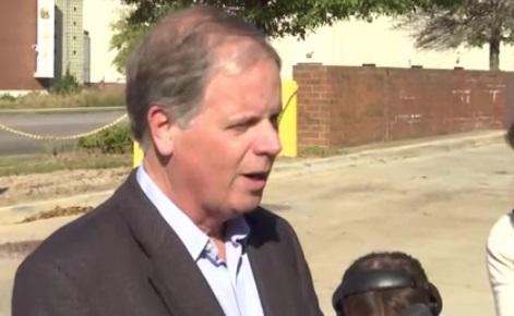 Jones dẫn trước Moore 8 điểm trong cuộc đua thượng viện Hoa Kỳ ở Alabama