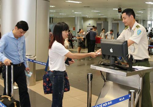 """Cục Hàng Không Việt Nam viện cớ """"lỗi đánh máy"""" khi không cho người cầm thẻ Đảng bay"""