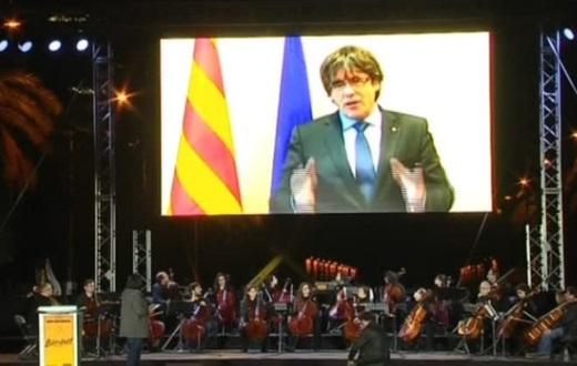 Biểu tình lớn tại Barcelona nghe đọc thông điệp của cựu lãnh tụ Catalan Puigdemont