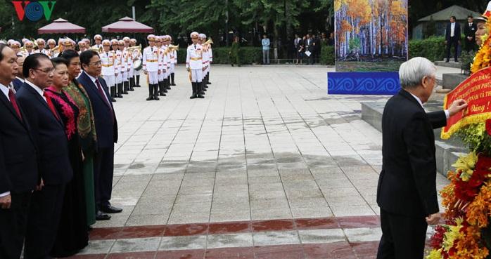 Cách Mạng Tháng Mười Nga và những cái đầu đất sét Việt Nam (Phạm Trần)