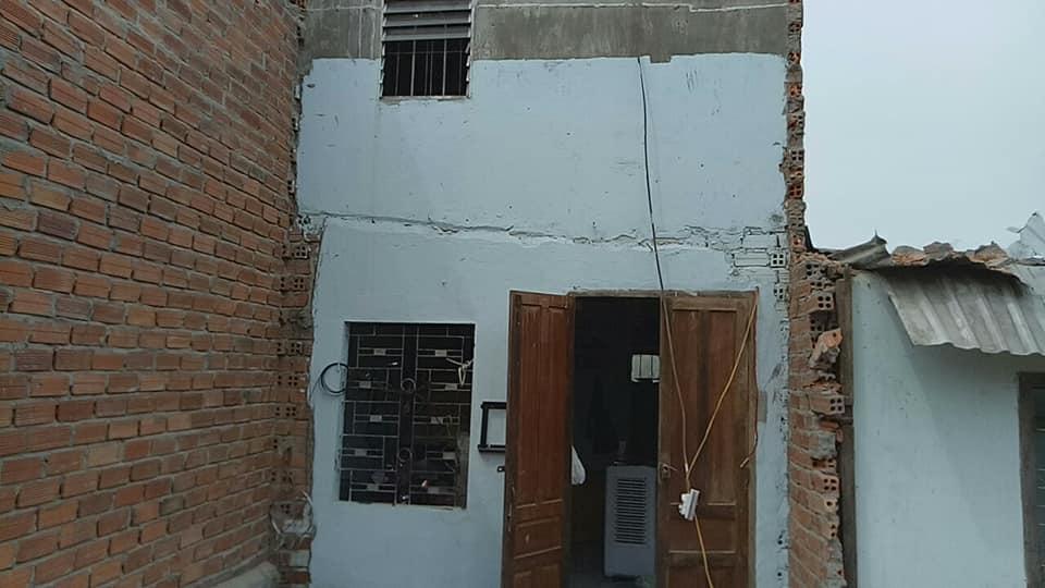 Dân mới sửa xong nhà sau bão, chính quyền kéo đến phá nát