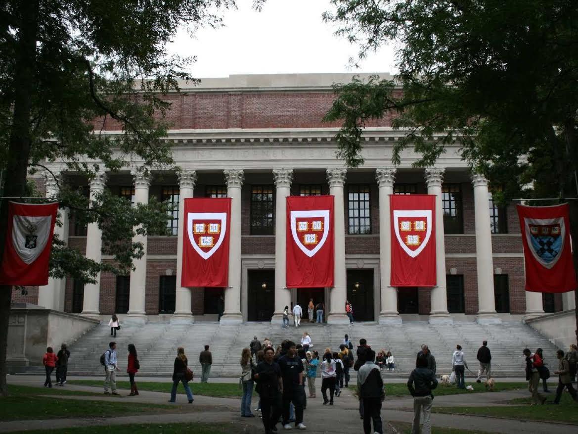 Bộ Tư Pháp dọa kiện trường Harvard vì không cung cấp hồ sơ thu nhận sinh viên