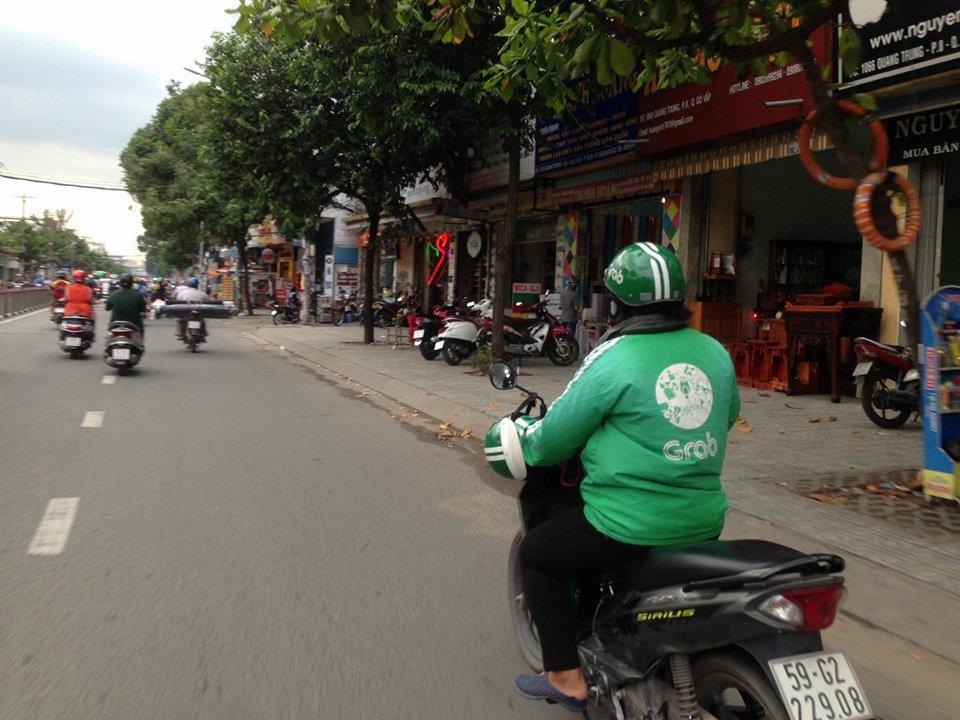 Tài xế Grab ở Saigon lo lắng bị cướp xe trên đường phố