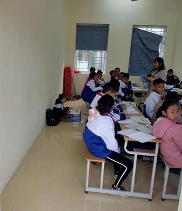 Học sinh bị cô giáo phạt ngồi học dưới đất vì quên đeo khăn quàng đỏ