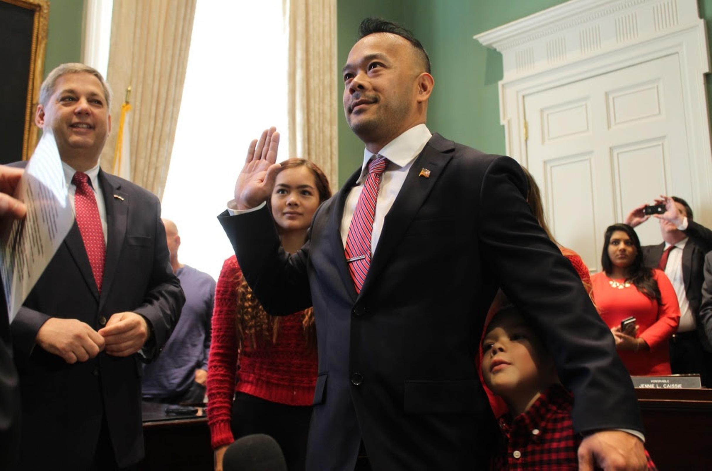 Ông Dean Trần tuyên thệ, thành nhà lập pháp gốc Việt đầu tiên trong nghị viện Massachusetts