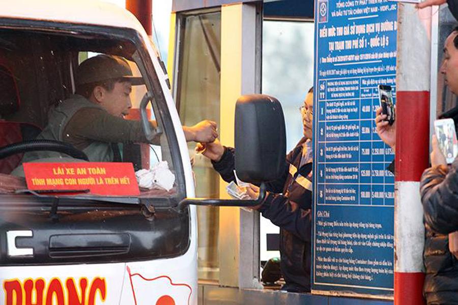 Tài xế trả tiền lẻ phản đối trạm thu phí BOT quốc lộ 5a qua Hưng Yên