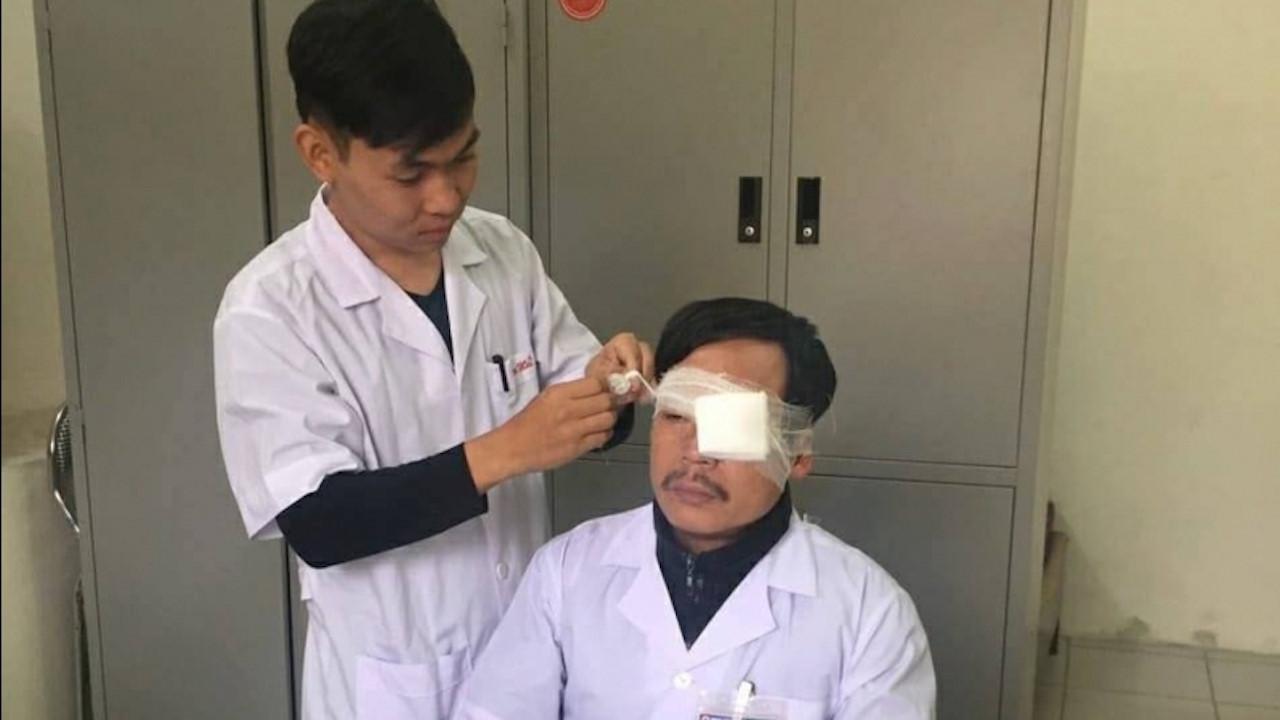 Bác sĩ bị đánh gãy sống mũi khi đang cấp cứu bệnh nhân ngoài đường