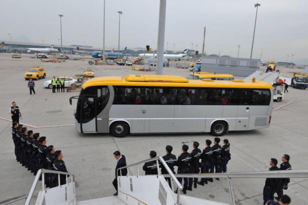 Hong Kong dùng máy bay trục xuất 68 người Việt Nam xin tị nạn