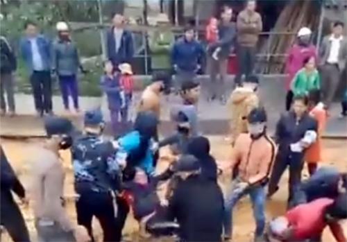 Nhà thầu điều thanh niên bịt mặt đến đuổi người chặn xây cầu ở Hà Tĩnh